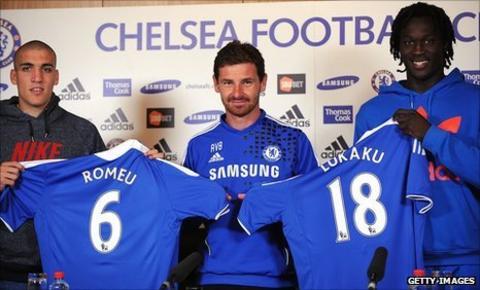 Oriol Romeu (left), Chelsea manager Andre Villas-Boas and Romelu Lukaku (right)