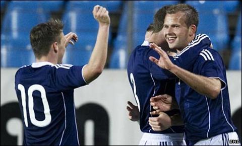 Jordan Rhodes (right) celebrates