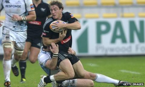 Aironi's Giulio Toniolatti is tackled by a Glasgow Warriors player