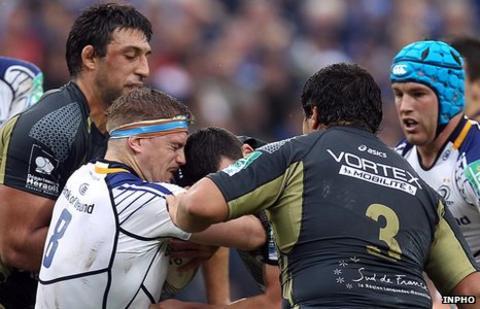 Jamie Heaslip battles with Geoffrey Doumayrou and Mickael Demarco