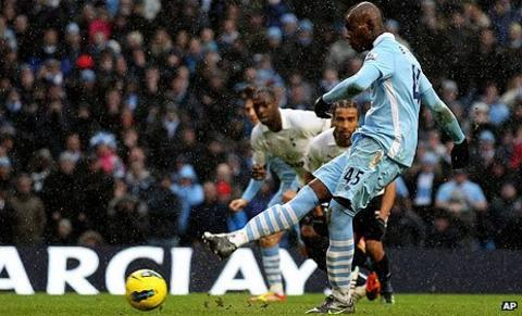 Mario Balotelli scores the winner for Manchester City against Tottenham in the Premier League