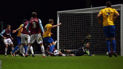 Jos Hooiveld (centre) scores for Southampton