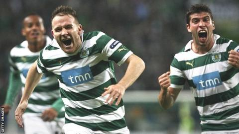 Sporting's Spanish midfielder, Diego Capel (centre) celebrates with his teammates
