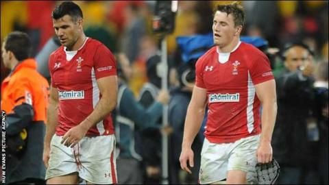 Mike Phillips and Jonathan Davies look dejected