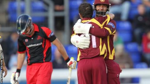 David Murphy and Con de Lange celebrate the wicket of James Harris