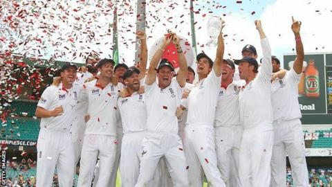 England celebrate retaining the Ashes in 2011