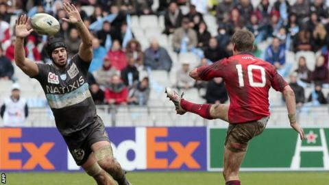 Antoine Battut attempts to charge down a Ronan O'Gara clearance in Paris