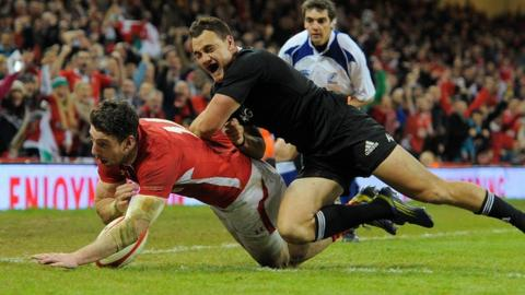 Alex Cuthbert scores a try for Wales
