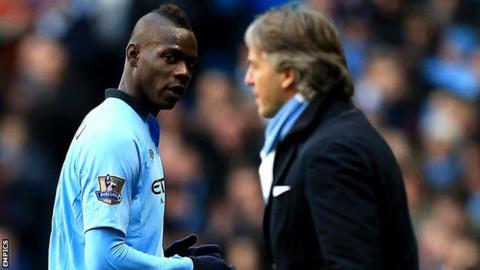 Mario Balotelli looks at Roberto Mancini
