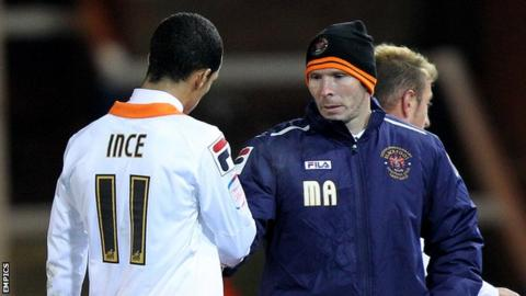 Blackpool manager Michael Appleton (right) shakes hands with winger Thomas Ince