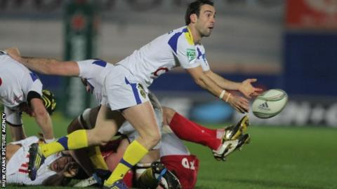 Morgan Parra passes for Clermont Auvergne
