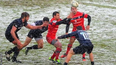 The Leicester defence surrounds Toulouse winger Vincent Clerc at a snowy Welford Road