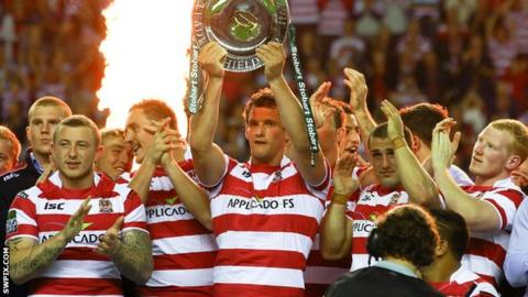Wigan Warriors captain Sean O'Loughlin lifts the League Leaders' Shield in 2012