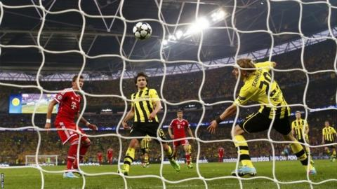 Mario Mandzukic (left) scores for Bayern Munich