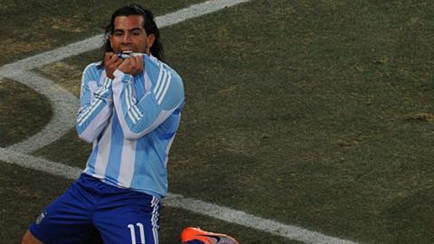 Carlos Tevez scores for Argentina