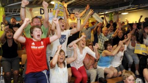 Tennis fans celebrate in Dunblane