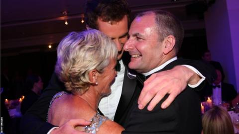 Andy Murray hugs parents Judy and Will