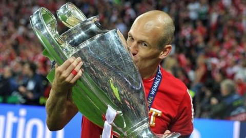 Bayern Munich winger Arjen Robben kisses the Champions League trophy after