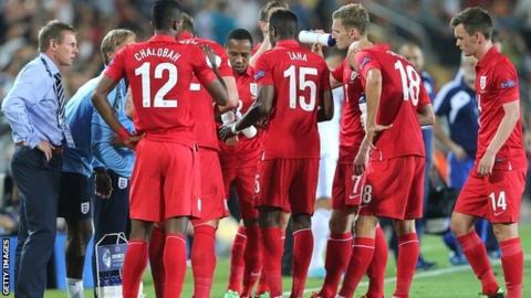 Stuart Pearce speaks with the England U-21 team during last summer's European U-21 Championships