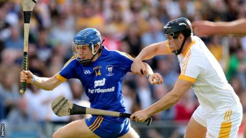 Shane O'Donnell attempts to outpace Matthew Donnelly at Semple Stadium