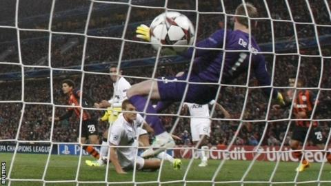 Manchester United's goalkeeper David de Gea (centre) fails to prevent a goal by Shakhtar Donetsk
