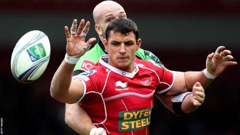 Aaron Shingler wins a line-out for Scarlets