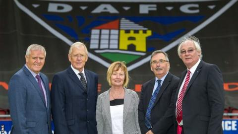 Dunfermline manager Jim Jefferies, Ian Hunter, Margaret Ross, Pars United chairman Bob Garmory and Jim Leishman
