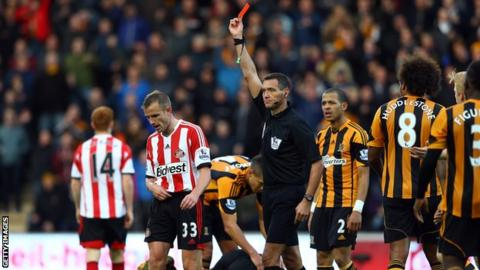 Sunderland's Lee Cattermole is sent off against Hull