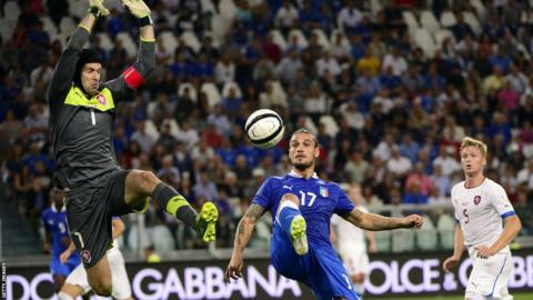 Italy's forward Dani Osvaldo (centre) fights for the ball with Czech goalkeeper Petr Cech