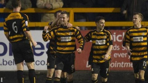Alloa celebrate Andy Kirk's winner