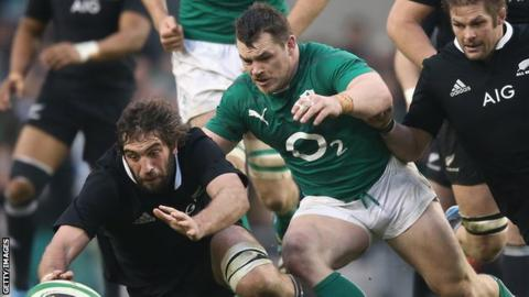 Cian Healy (centre) battles for the ball with New Zealand's Sam Whitelock (left) and Richie McCaw.
