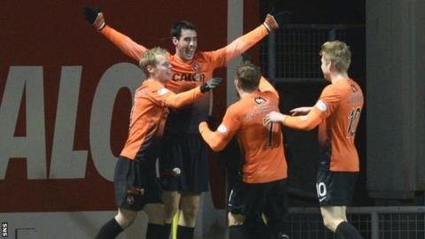 Dundee United celebrate Brian Graham's late equaliser against Hibs