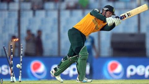 Quinton de Kock is bowled by Lasith Malinga