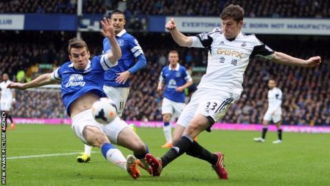 Ben Davies in action against Everton's Seamus Coleman