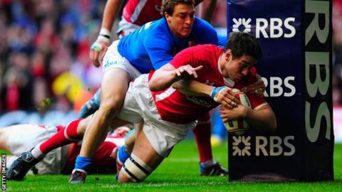 Ryan Jones scores for Wales against Italy only for the try to be ruled out later