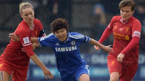 "Chelsea's South Korean midfielder Ji So-Yun (centre) is flanked by Liverpool""s Gemma Bonner (left) and Katrin Omarsdottir (right)"