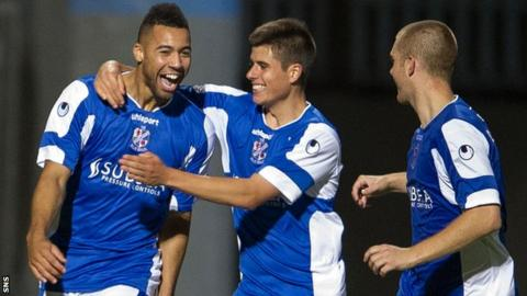 Kane Hemmings celebrates with his Cowdenbeath team-mates