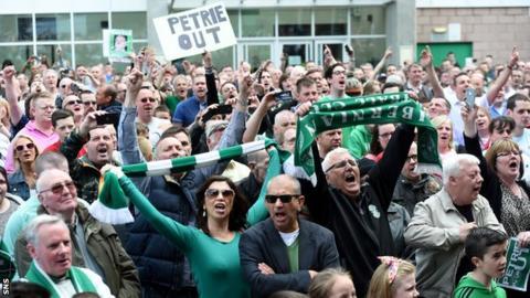 Hibernian fans protesting