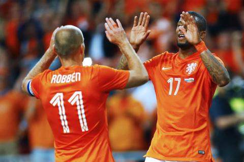 Arjen Robben congratulates Netherlands team-mate Jeremain Lens after his side take a 2-0 lead against Wales on Wednesday.