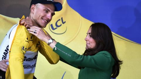 Stage winner Marcel Kittel is presented with his yellow jersey by the Duchess of Cambridge