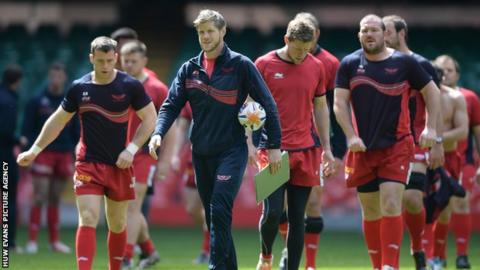 Simon Easterby takes charge of a Scarlets training session