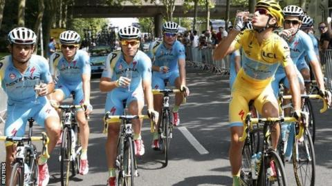 Vincenzo Nibali and Astana team-mates drink champagne at start of final stage