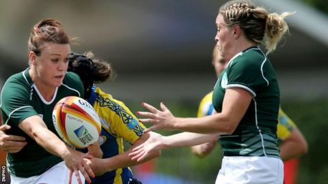 Lynn Cantwell offloads to flanker Sharon Lynch for Ireland's opening try.