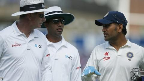 India captain Mahendra Dhoni (right)
