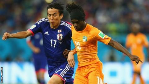 Ivory Coast's Gervinho (right)