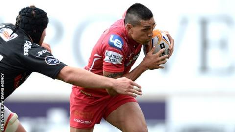 Centre Regan King has returned to Scarlets on a two-year deal