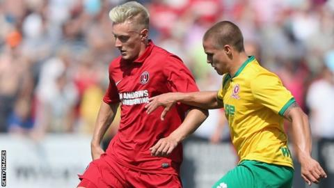Doug Bergquist of Welling tries to tackle Joe Pigott of Charlton Athletic