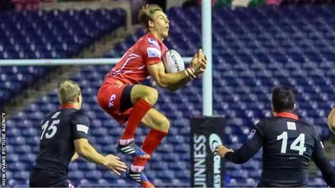 Liam Williams gathers possession