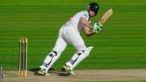 Wicketkeeper Mark Wallace will again captain Glamorgan in 2015