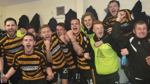 Alloa celebrate their 3-2 win over Rangers